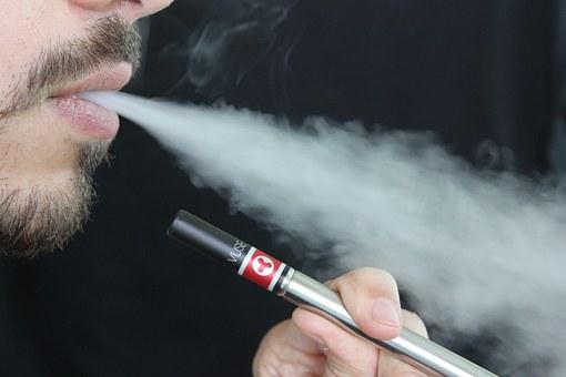 La cigarette électronique : les risques du vapotage