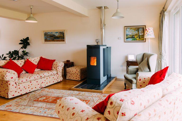 Comment agencer efficacement un salon avec une cheminée ?