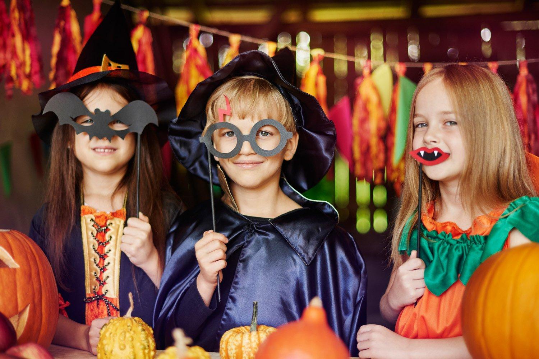 Des enfants fêtant Halloween en colonie de vacances