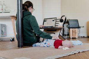 femme-télétravail-maison-avec-bébé
